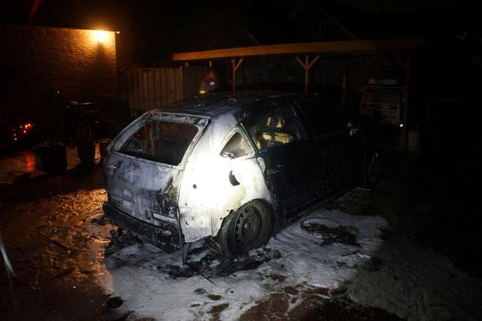 De auto is helemaal uitgebrand.