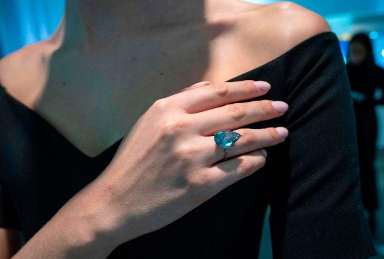 De verlovingsring van Barbara Sinatra heeft op een veiling in New York 1,5 miljoen euro opgebracht.