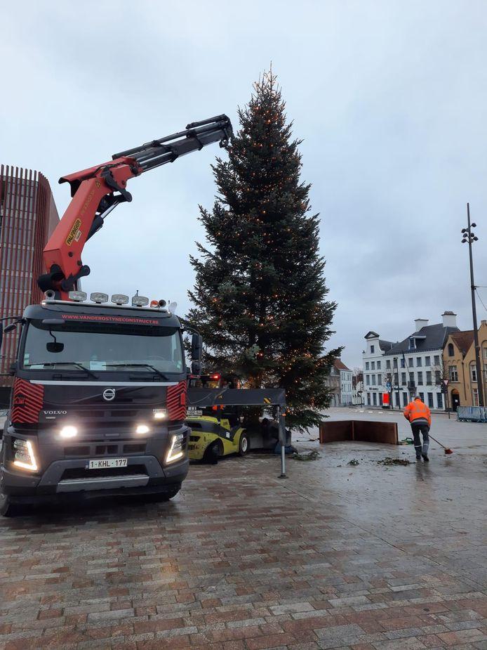 De kerstboom op 't Zand staat weer recht