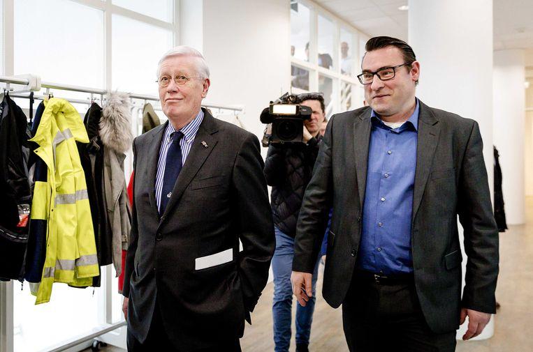 VVD-coryfee Hans Wiegel en Richard de Mos van Groep de Mos onderweg naar de raadszaal van het Haagse stadhuis. Wiegel gaat als verkenner onderzoeken of er een stabiel college kan worden gevormd in Den Haag. Winnaar van de verkiezingen was Groep de Mos / Hart voor Den Haag.  Beeld ANP