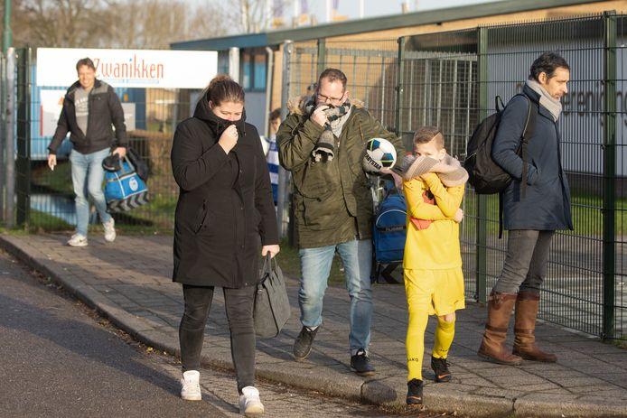 Op advies van politie zijn alle jeugd sportwedstrijden vanochtend gestaakt vanwege de stank uit Alblasserdam.