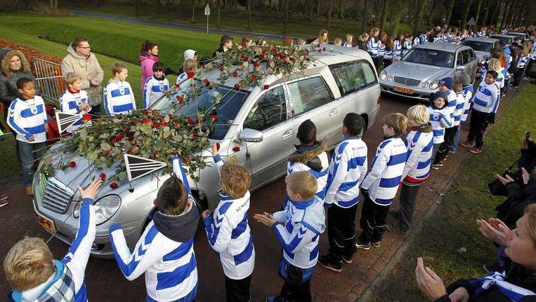 Bij het crematorium staat een erehaag van jeugdspelers van SC Buitenboys, de club van de omgekomen grensrechter Richard Nieuwenhuizen, allen gehuld in het blauw-witte clubshirt Beeld anp