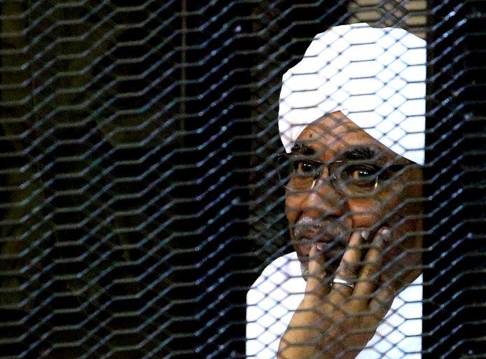 De afgezette president Omar Hassan al-Bashir in de rechtbank in september.