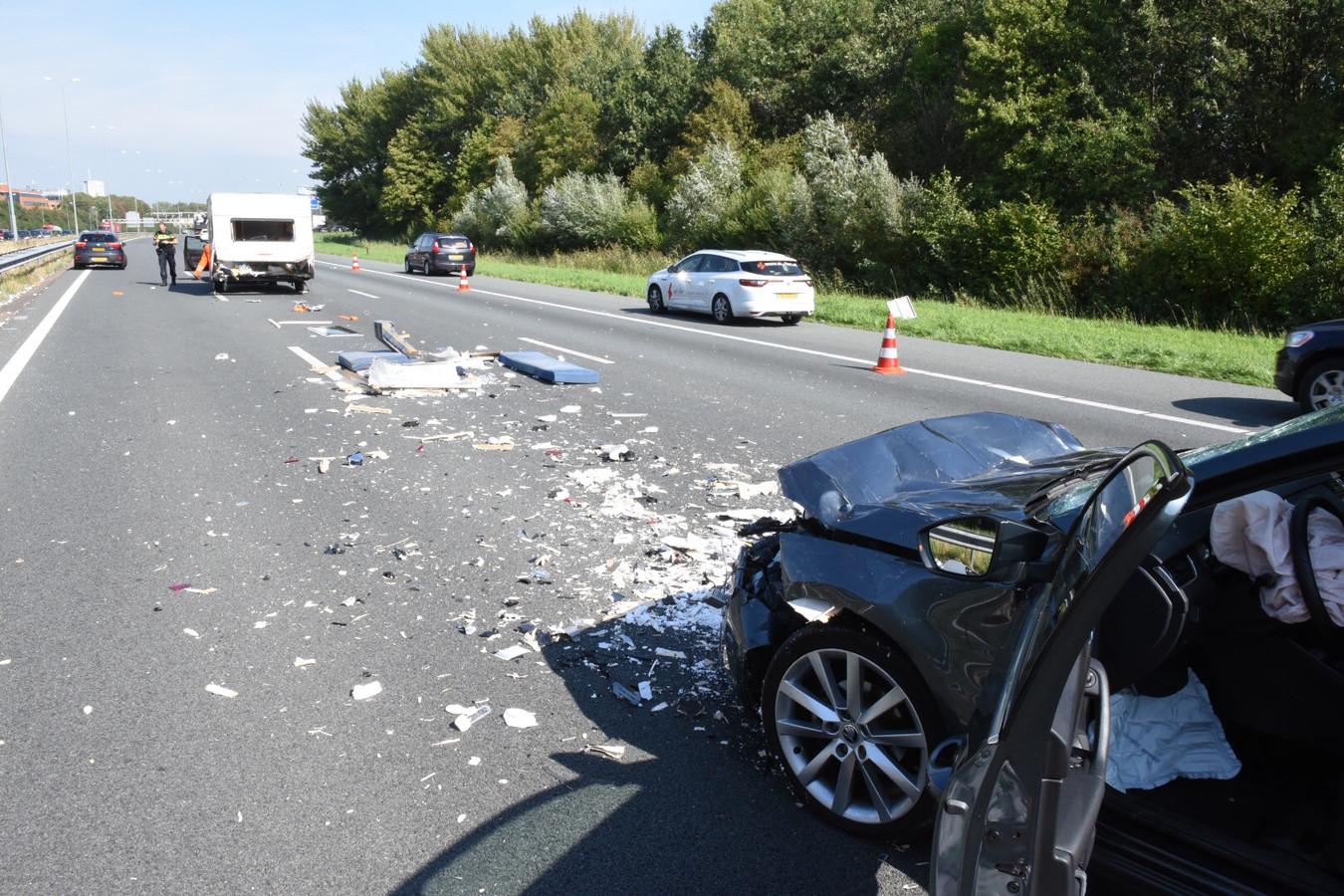 Een botsing tussen een auto en een caravan op de A27 zorgde voor een grote ravage.