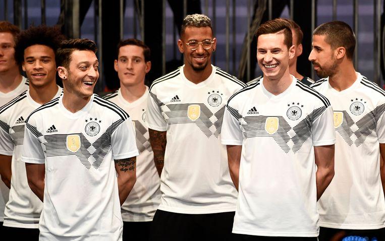 Spelers van de Duitse nationale ploeg met hun nieuwe uitrusting.
