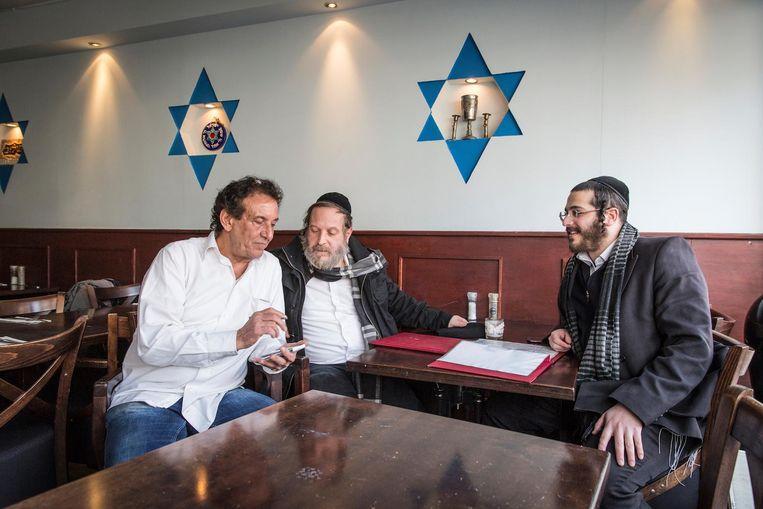 Eigenaar Sami Bar-on met gasten uit Antwerpen. Beeld Dingena Mol