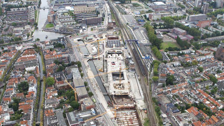 Op deze luchtfoto uit 2012 zijn de werkzaamheden aan de spoortunnel goed te zien. De tunnel is inmiddels klaar, nu wordt het oude viaduct gesloopt Beeld ANP