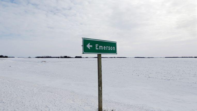 Een verkeersbord voor Emerson, nabij de grens tussen de VS en Canada. Vluchtelingen komen vaak te voet in Canada toe.