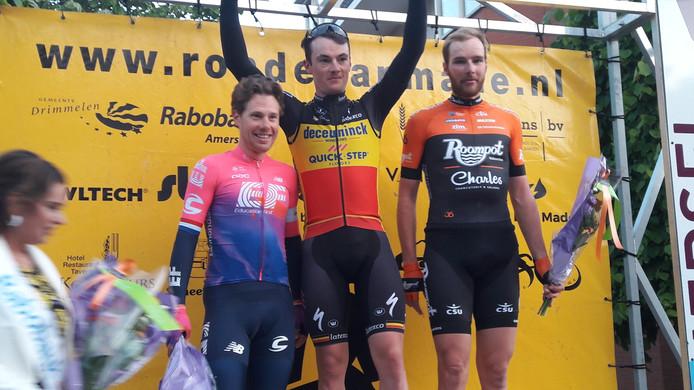 Het podium van  het eerste Nederlandse profcriterium van dit seizoen: Winnaar Yves Lampaert geflankeerd door Sebastian Langeveld en Jan Willem van Schip.