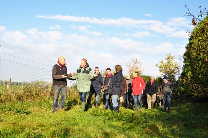 Een groep van zo'n dertig vrijwilligers kwam zaterdagochtend samen om uitleg te krijgen over de inrichting van het Waspikse Voedselbos.