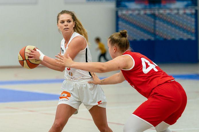 Gracie Roberts van Lekdetec Basketbal aan de bal in de voorbereiding.