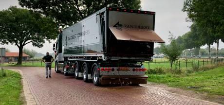 Lekkende vrachtwagen met veevoer zorgt voor overlast op A73