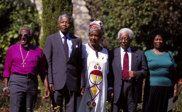 Bisschop Desmond Tutu (links) naast Nelson Mandela in 1990. Beeld getty