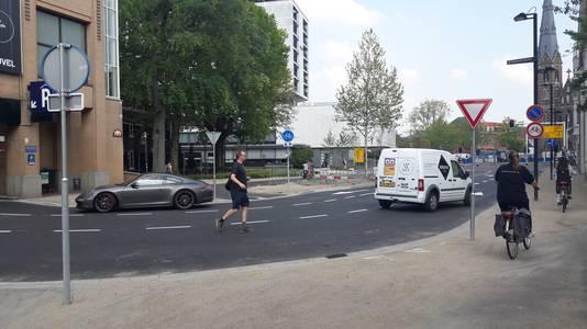De situatie op de nieuw ingerichte Ten Hagestraat in Eindhoven is gevaarlijk voor fietsers.