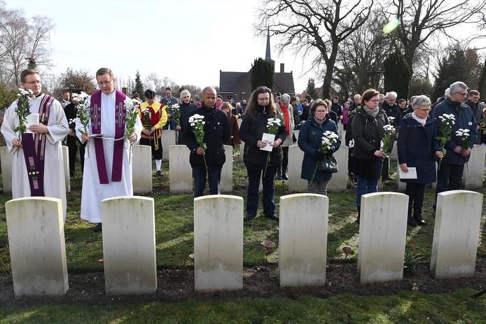Herdenking van gevallen soldaten op het ereveld in Milsbeek.
