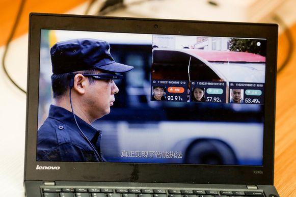 Een beeld uit een promovideo van LLVision dat de AI-brillen fabriceert.