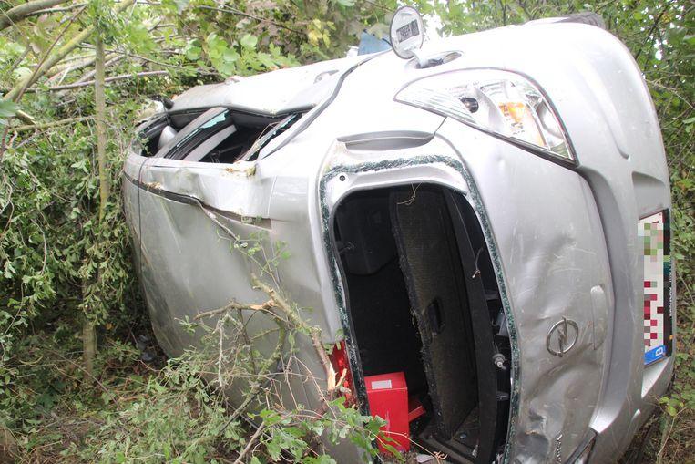De wagen belandde tussen de bomen en takken langs de A19.