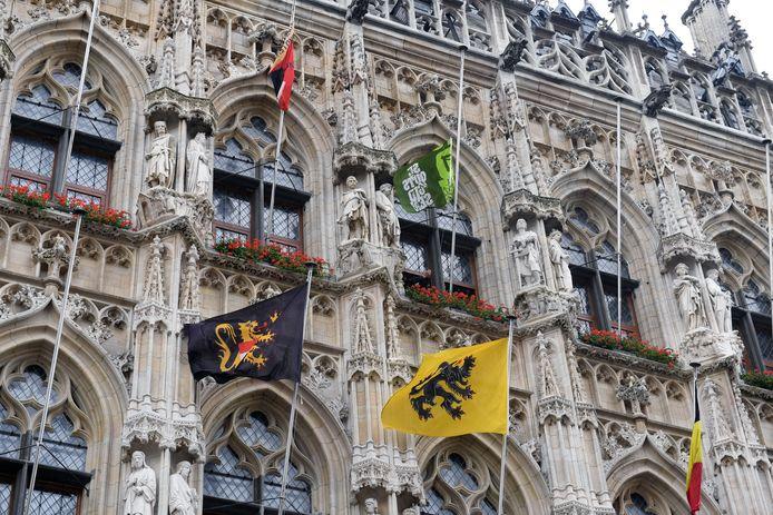 De vlaggen van de jeugdbewegingen wapperen al aan het stadhuis van Leuven.