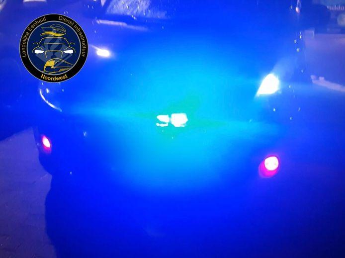 Deze Suzuki Swift uit Lelystad is geen 'aangewezen hulpverleningsvoertuig'. Dus heeft de politie de blauwe flitsers uit de grille gehaald en in beslag genomen.