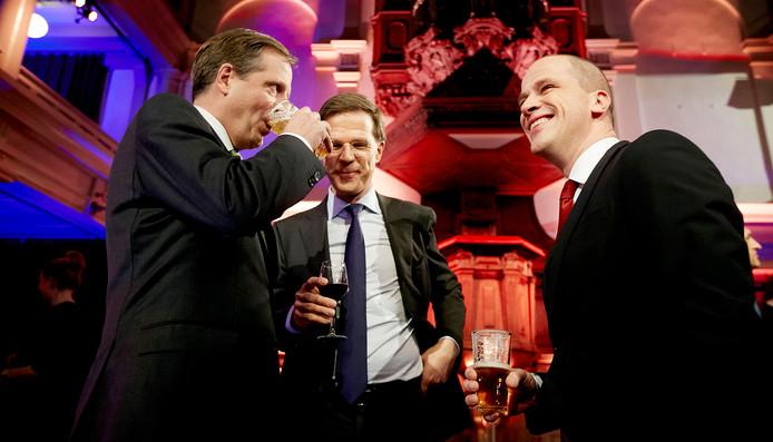 Partijleiders (VLNR) Alexander Pechtold (L, D66), Mark Rutte (VVD) en Diederik Samsom (PvdA) heffen het glas na afloop van het RTL-verkiezingsdebat in 2015.