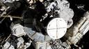 De astronauten Koch en Meir stappen de luchtsluis van het ISS uit voor de eerste compleet vrouwelijke ruimtewandeling.