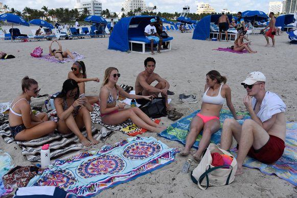 De stranden van Miami Beach mogen niet meer betreden worden. Duizenden Spring Breakers waren vrijdag (foto) nog op de stranden aanwezig,  uren nadat het stadsbestuur van Miami de noodtoestand had uitgeroepen.  De eerste Spring Breakers met een positieve coronavirustest zijn inmiddels een feit.