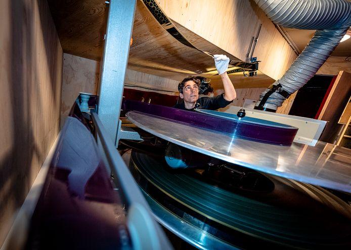 Operateur Martin Putto bereidt de kolossale 70mm-filmprint voor op de projectie.