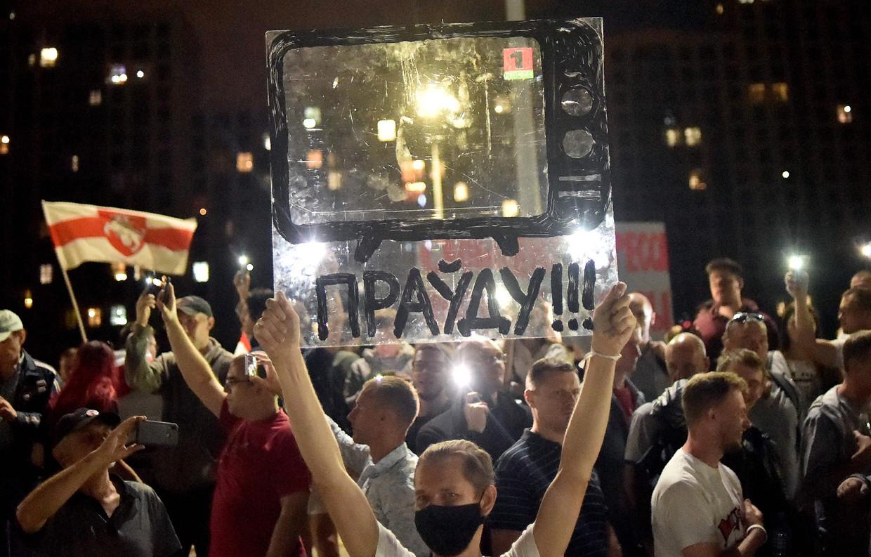 Zaterdagavond demonstreerden Wit-Russen voor de deur van de staatstelevisie. Op het scherm dat omhoog wordt gehouden wordt 'De waarheid'!!!' geëist over de verkiezingsuitslag.