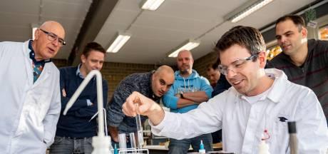 Kleine reünie op het Gertrudis in Roosendaal: Professor Pieter terug in de klas