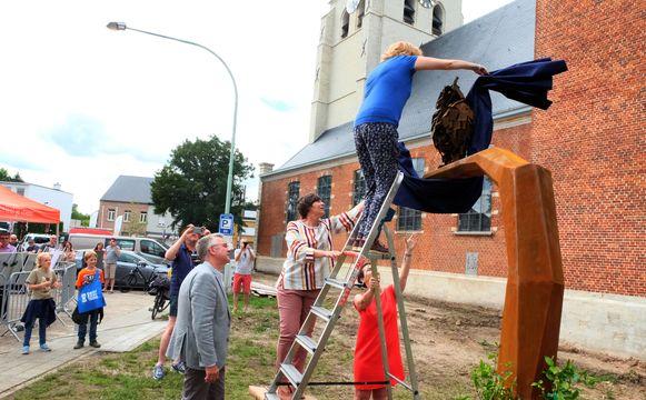 Het kunstwerk werd geïnspireerd door hét embleem van het dorp: de uil.