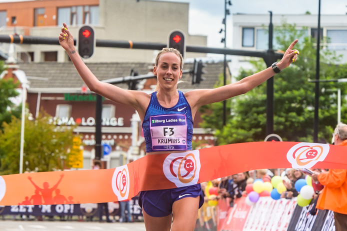 Susan Krumins won dit jaar de 'Ten miles' in Tilburg. Foto Joris Knapen/Pix4Profs