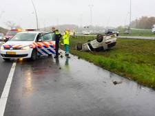 File op N2 bij Eindhoven nadat auto op z'n dak is beland