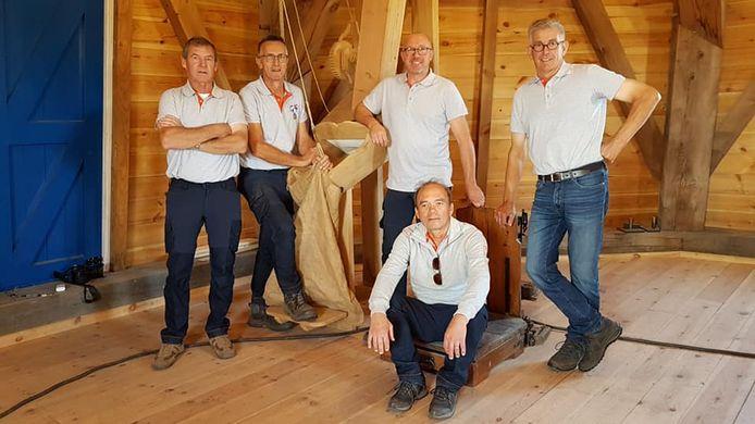 Opening molen de Zwaan in Vinkel. De molenaars die de molen gaan bemannen. vlnr Hennie Beunthof, Geert Bouwens, Hans Kappen, Frans van der Doelen. Zittend Stanley van Maaren.
