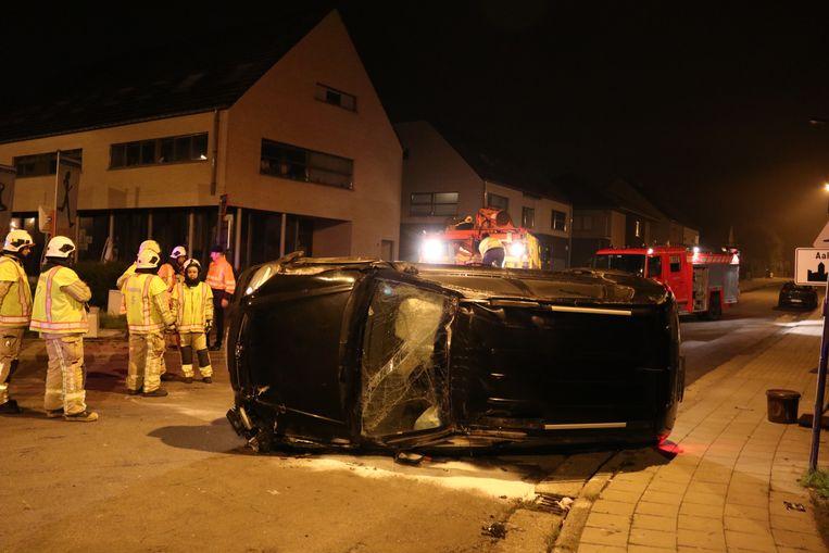 De wagen belandde op zijn zij na de crash.