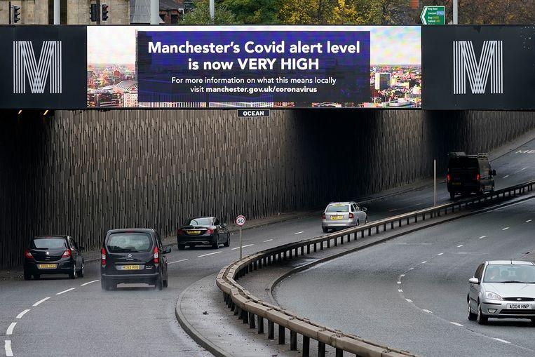 Waarschuwingsborden boven de randweg bij Manchester, waar de oplopende besmettingen reden zijn om lokaal strengere maatregelen aan te kondigen.   Beeld Getty Images