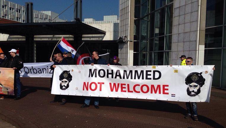 Ongeveer dertig mensen protesteerden zaterdag tegen 'links geweld'. Beeld Maarten van Dun