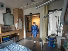 Binnenkijken in een 'gesluisde isolatiekamer' van het Catharina Ziekenhuis