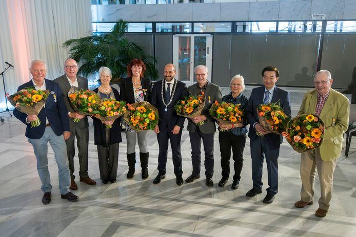 Burgemeester Ahmed Marcouch tussen de gelukkige Arnhemmers.