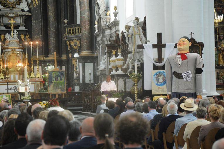 Willie Verhegghe brengt een eerbetoon aan Rufijn De Decker tijdens de afscheidsdienst.
