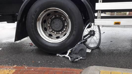 De fiets van het slachtoffer is volledig kapot door de aanrijding met de vrachtwagen.