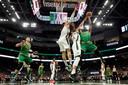 Semi Ojeleye van de Celtics wordt het lastig gemaakt.