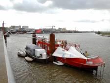Tanker raakt woonboot in Arnhemse haven: 'Een ramp'