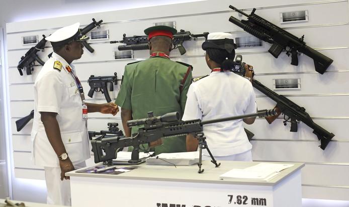 Bezoekers beoordelen de uitgestalde wapens bij de 'International Maritime Defence Exhibition in Doha. Foto Karim Jaafar