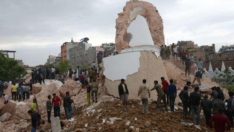 De door de aardbeving verwoeste negentiende-eeuwse Dhararatoren in Kathmandu. Beeld afp