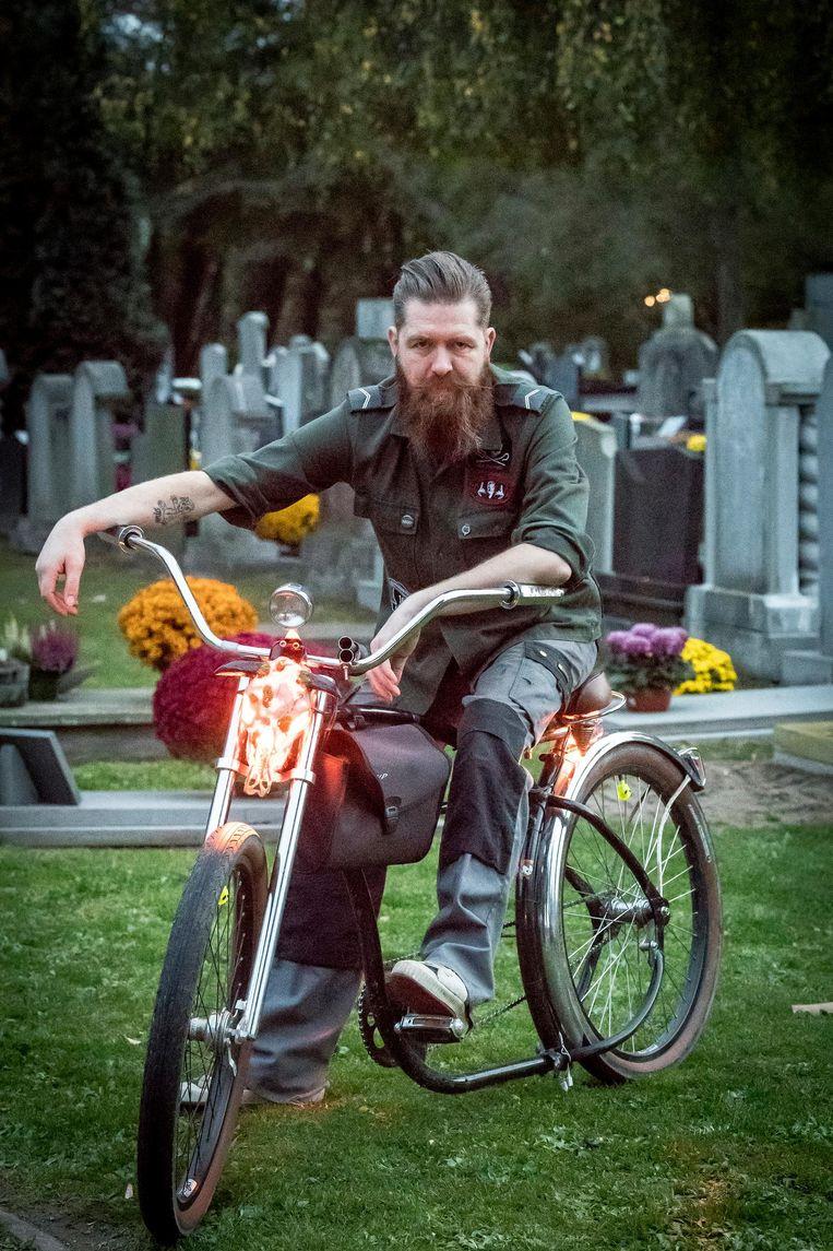 Mike Verlinde gebruikt een dierenschedel met daarin een gloeilamp als verlichting op zijn fiets.