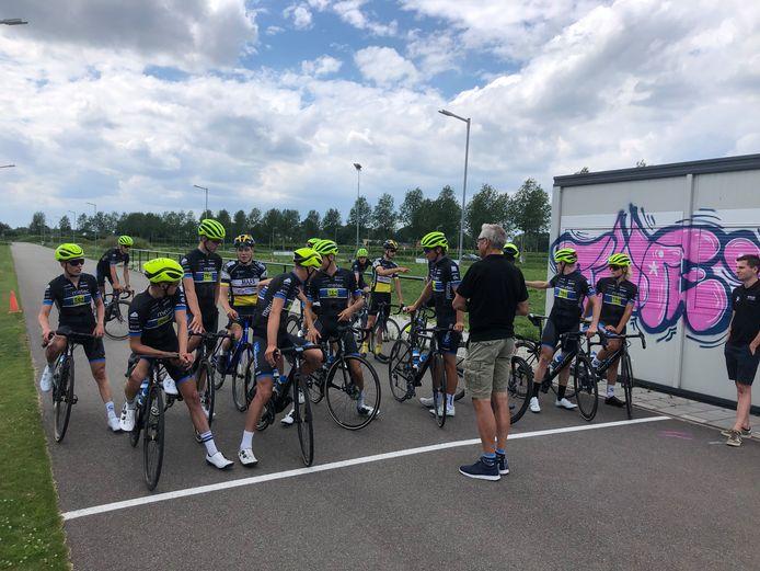 De renners van Metec maken zich op voor een onderlinge wedstrijd in Tiel.