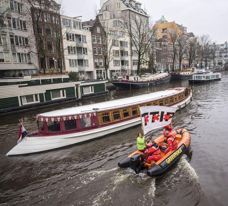 Malmström werd ontvangen aan boord van een salonboot door de burgemeester. De boot werd 'achtervolgd' door een bootje van Greenpeace Beeld Rink Hof