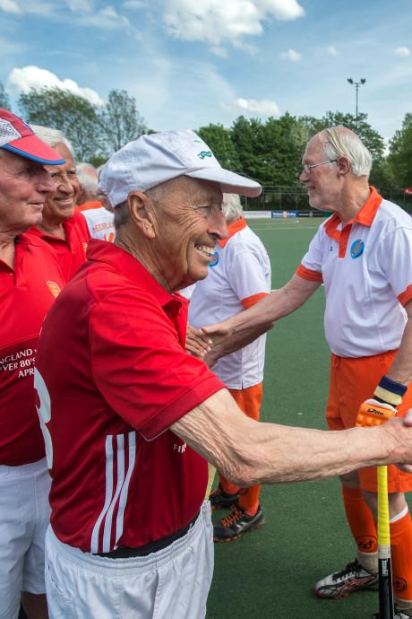 Unieke hockeywedstrijd bij Push Breda: een wedstrijd met alleen maar mannen van boven de 80 jaar