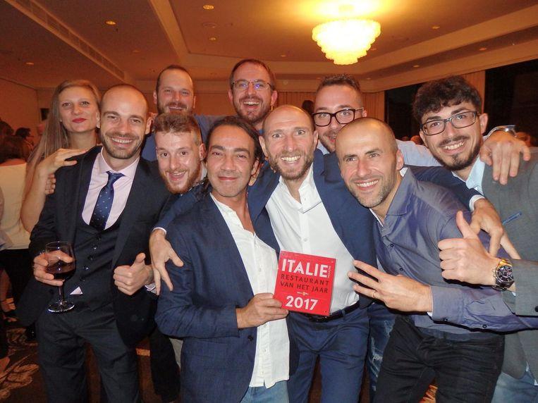 Derde Amsterdamse winnaar: Italiaans restaurant van het Jaar, Eatmosfera, in het midden co-eigenaren Giuseppe Mocciaro, Massimiliano Picconi en Samuele Carrai Beeld Schuim