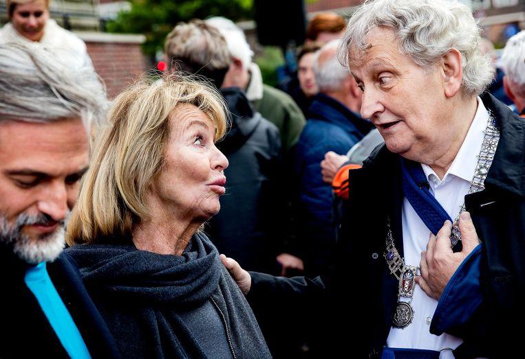 Mei 2017: Eberhard van der Laan met Danny Cruijff in Betondorp bij de onthulling van een muurschildering van Johan Cruijff. Beeld anp